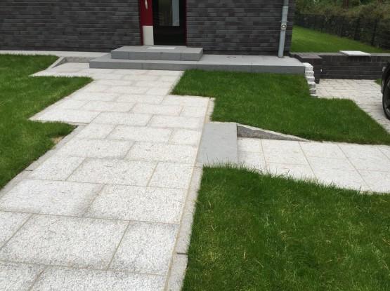 Außenanlage mit Naturstein