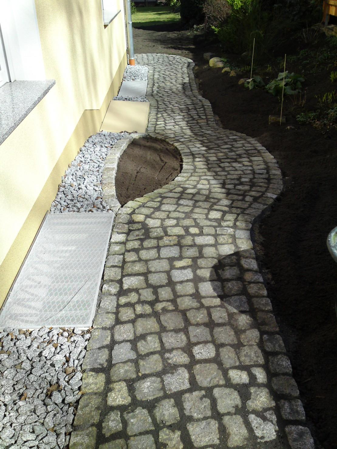 Quarzit Polygonalplatten und Granit Kleinpflaster
