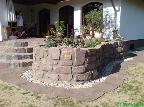 Sandstein Polygonalplatten und Mauer aus Wesersandstein