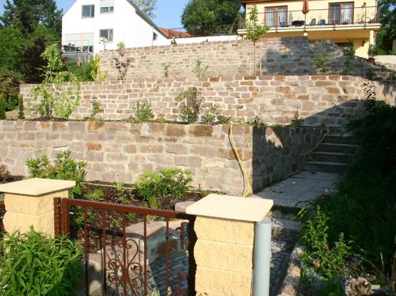 Hangbefestigung Sandstein Mauer aus Wesersandstein rot