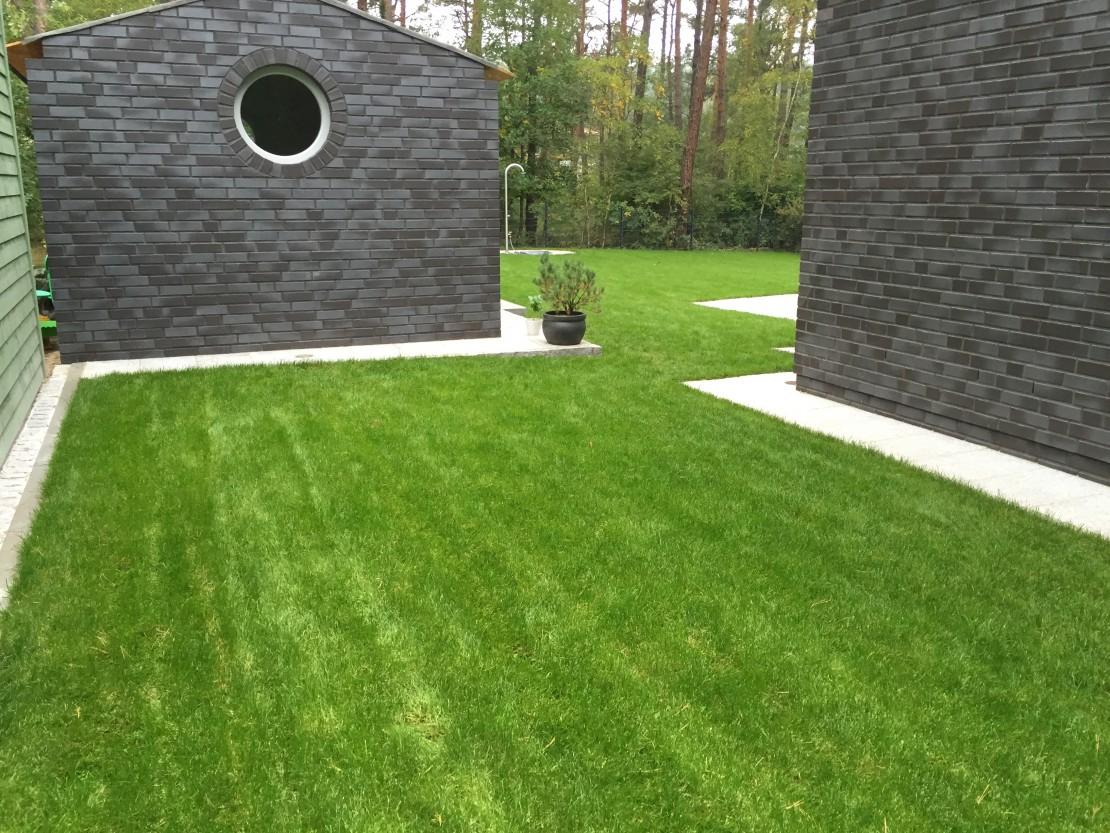 Aussenanlage mit Naturstein Pflaster Granitplatten Drainbeton Epoxidharzfuge Groß Glienicke